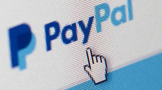 Tela de Computador com logotipo Paypal